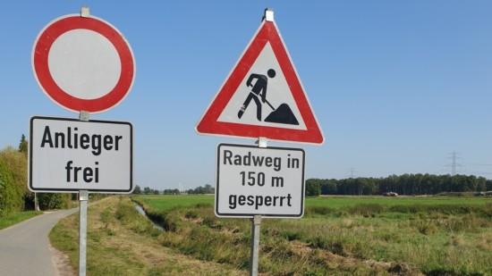 Aktuelle Verbotsschilder in der Einfahrt von Rübke in den Neuenfelder Hinterdeich
